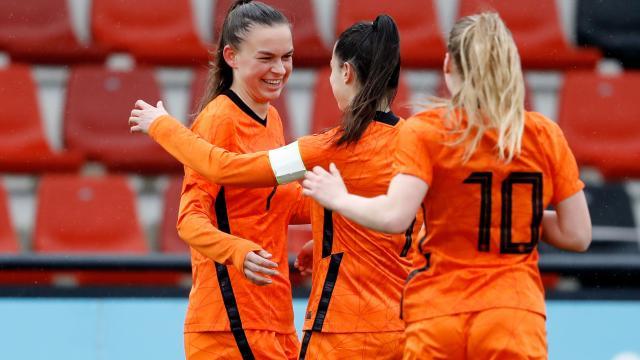 Jong OranjeLeeuwinnen trainen op sportpark Zegenwerp